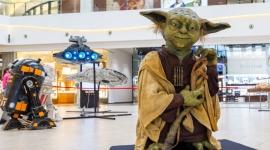 """""""Gwiezdna Flota"""" we Wrocławiu. Zobacz Sokoła Millennium! LIFESTYLE, Film - Mistrz Yoda i R2-D2 już są na miejscu. Przyleciał kultowy statek Hana Solo i myśliwiec Luka Skywalkera. Dotarły także maszyny bojowe i niszczyciele Imperium. Wyjątkowe modele, bo o nich mowa, można podziwiać na nowej wystawie """"Gwiezdna Flota"""" w Magnolia Park."""