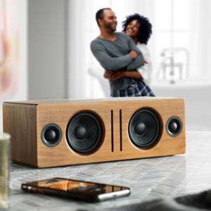 Innowacyjne systemy muzyczne, które współpracują ze wszystkimi urządzeniami i aplikacjami do przesyłania strumieniowego, bez względu na to, jak się łączysz i słuchasz.